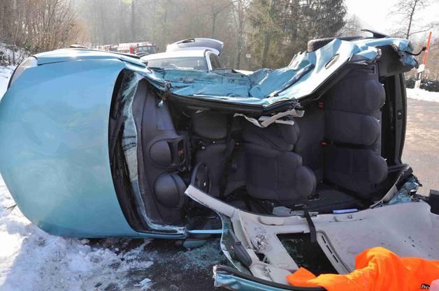 Die zwei Personen im Unfallauto mussten aus dem Fahrzeug geschnitten werden, sie waren eingeklemmt.