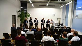 Von links: Peter Haudenschild (Team 65+), Sandro Wächter (JSVP), Titus Meier (FDP), Moderator Mario Gutknecht, Martin Brügger (SP) und Richard Fischer (Die Unabhängigen).