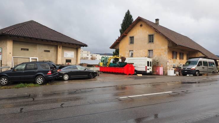 Nach zwei Jahren hat der Kauf der Liegenschaft an der Hauptstrasse doch noch geklappt. Die Garage (links) könnte als Aussenlager für den Werkhof genutzt werden. Das Wohngebäude (rechts) ist abbruchreif.