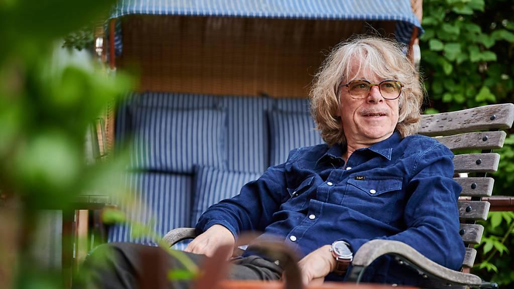 dpatopbilder - Helge Schneider, Musiker und Komiker, sitzt auf der Terrasse seiner Wohnung. Am 30.08.2020 wird Helge Schneider 65 Jahre alt. Foto: Bernd Thissen/dpa