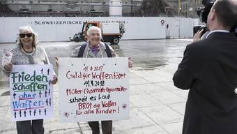 «Sprayer-Grosi» wieder in Aktion gegen Kriegsgeschäfte