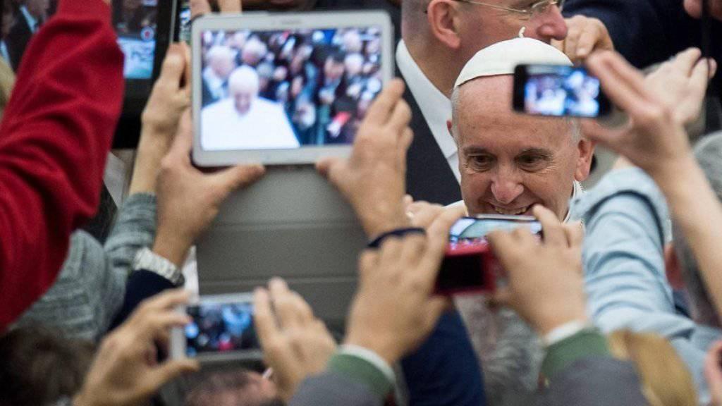Soziale Medien sind allgegenwärtig - Papst Franziskus trifft Menschen an einer Generalaudienz im Januar 2015. (Archiv)