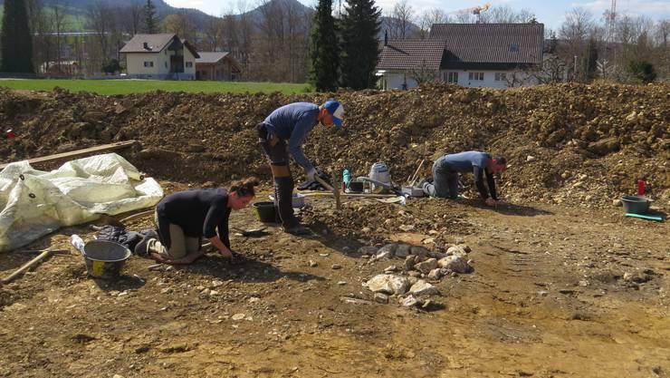 Büsserach: Das Grabungsteam beim Freilegen der entdeckten Strukturen