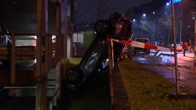 Auto stürzt aus zweitem Stock von Parkhaus