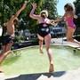 Diese Erfrischung! Ein Sprung in einen Basler Brunnen ist eines der grössten Sommervergnügen.