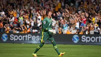 Eldin Jakupovic freut sich über den geglückten Auftakt in die Premier-League-Saison. Mit Hull City siegte der Schweizer Goalie gegen den Meister.