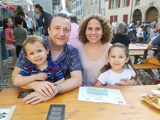 Lourdes Gaudiano (40) und Stefan Geuggis (41) mit Maxim (3) und Filippa (7) leben seit 2014 in Brugg und fühlen sich wohl.