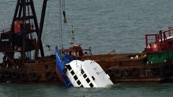"""Ein Kranschiff birgt das Vergnügungsboot """"Lamma IV"""" (Archiv)"""