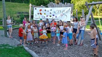 Die von den Kindern gestaltete Plache dient künftig als Dekoration für das Lokal der Tagesstrukturen.