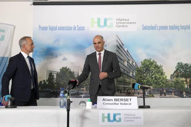 Gesundheitsminister Alain Berset besuchte diese Woche das Universitätsspital Genf und unterhielt sich mit Spitaldirektor Bertrand Levrat (links).