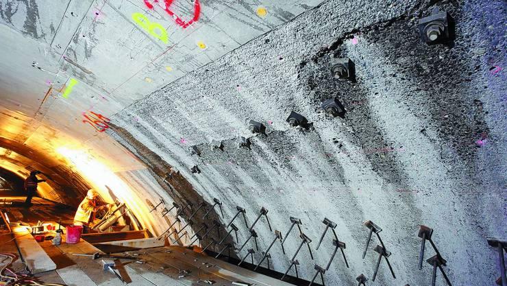 Knochenarbeit: Arbeiter verstärken das Innengewölbe des Mitholztunnels. zvg