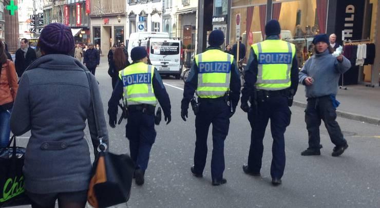 Das grosse Polizeiaufgebot in den Gassen und Strassen Basels ist unübersehbar.