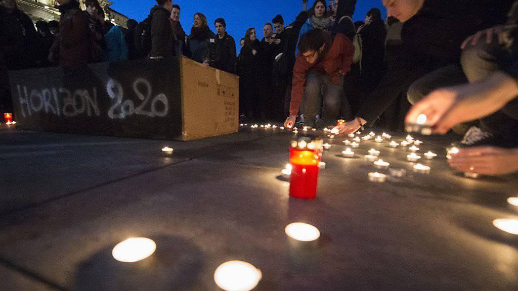 Studenten beerdigen nach dem Ja zur Masseneinwanderungsinitiative symbolisch Horizon 2020 und das Studentenaustausch-Programm Erasmus vor dem Bundeshaus. (Archivbild)