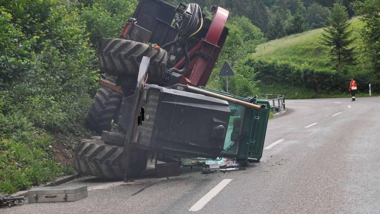 Der Traktor und Anhänger kippten