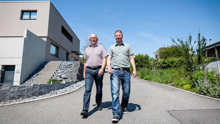 Robert Glanzmann (links) übergibt nach 26 Jahren das Amt des Bauverwalters an Marcel Graf und zeigt ihm unter anderem die neuen Häuser am Spenglerweg.