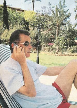 Ottmar Hitzfeld telefoniert im Liegestuhl im Juni 2001 auf Mallorca.