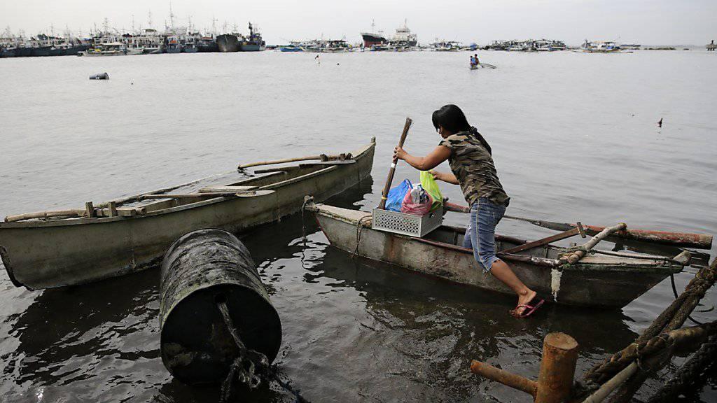 Zehntausende haben sich in den Philippinen in Notlager begeben, um sich vor einem herannahenden Zyklon zu schützen.