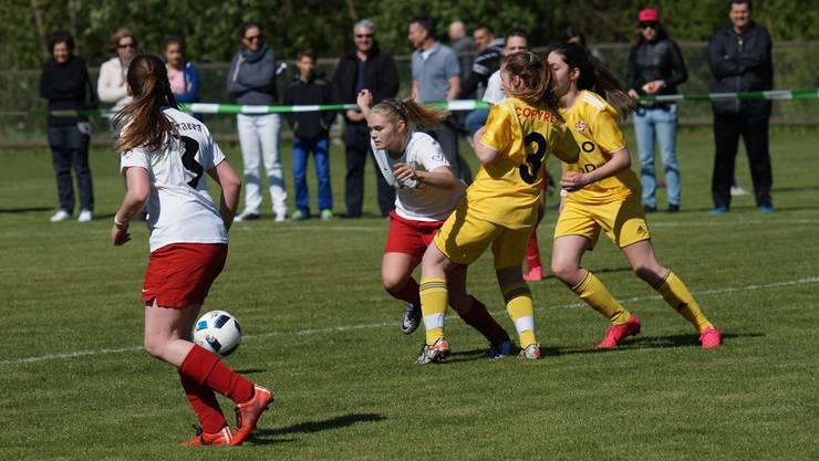Die Juniorinnen aus Bremgarten (weisses Dress) und Baden zeigten spektakulären Fussball.
