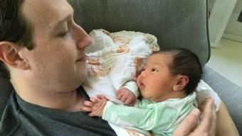 Mark Zuckerberg mit seiner neugeborenen Tochter August (Facebook)