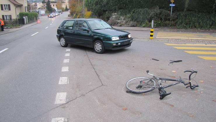 Der Fahrradlenker verletzte sich beim Unfall. An den Fahrzeugen entstand erheblicher Sachschaden.