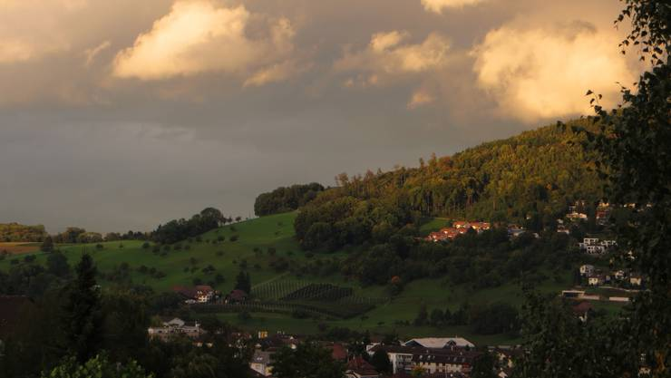 Dieses Bild soll einfach zeigen, wunderschön so ein Dorf, jedoch hat es auch die Gewitterwolken hie und da. Und sagen wir es so, auch die Sonne wird bald wieder scheinen. So wie das Leben von uns Menschen.