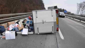 Ein Autolenker verliert nach dem Belchentunnel die Kontrolle über sein Fahrzeug, woraufhin der Anhänger ins Schleudern gerät und schliesslich umkippt.
