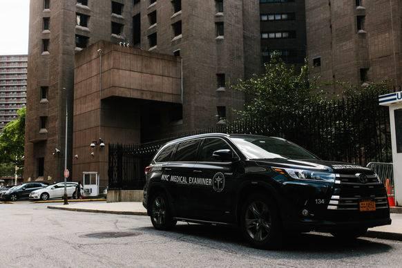Vor dem Untersuchungsgefängnis ist das Auto des Gerichtsmediziners parkiert.