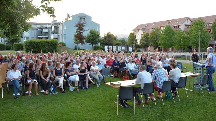 156 Dänikerinnen und Däniker kamen zu Gery Meiers letzter Gemeindeversammlung, die als Landsgemeinde unter freiem Himmel stattfand.