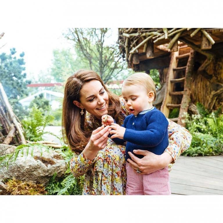 Prinz Louis (1) scheint das Werk seiner Mama zu gefallen. (© Instagram/kensingtonroyal)