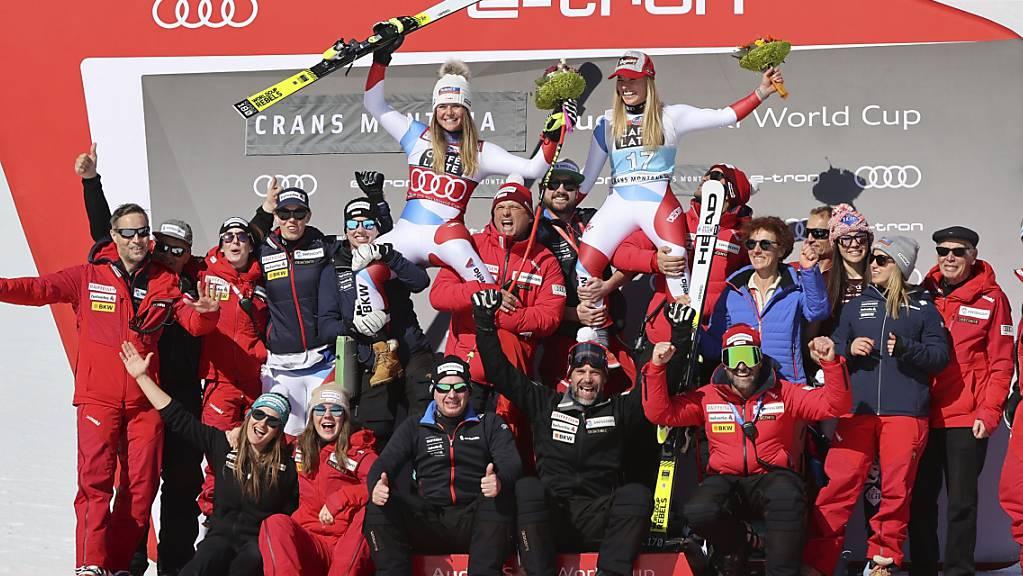 Das Alpin-Team von Swiss-Ski hat Grund zum Jubeln - im Bild feiert die Frauen-Equipe den Doppelsieg von Lara Gut-Behrami und Corinne Suter in Crans-Montana.