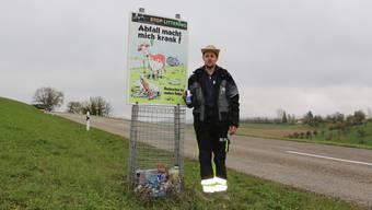 Alle zwei Monate ist der Behälter voll: Landwirt Patrick Gasser sammelt regelmässige den Müll auf seiner Weide ein.