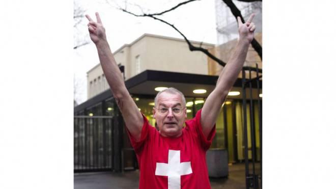 Eric Weber jubelt vor dem Basler Strafgericht. Kurz darauf verurteilt dieses den Grossrat wegen Wahlfälschung. Foto: Kenneth Nars