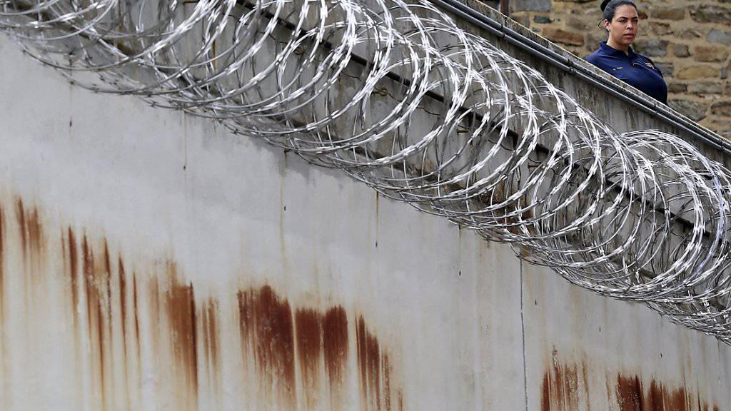 Häftling überwindet meterhohe Gefängnismauer