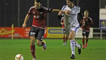 Rothrists 1:0-Torschütze Lauret Popaj (l.) bei einem seiner gefährlichen Sturmläufe gegen Andreas Linder