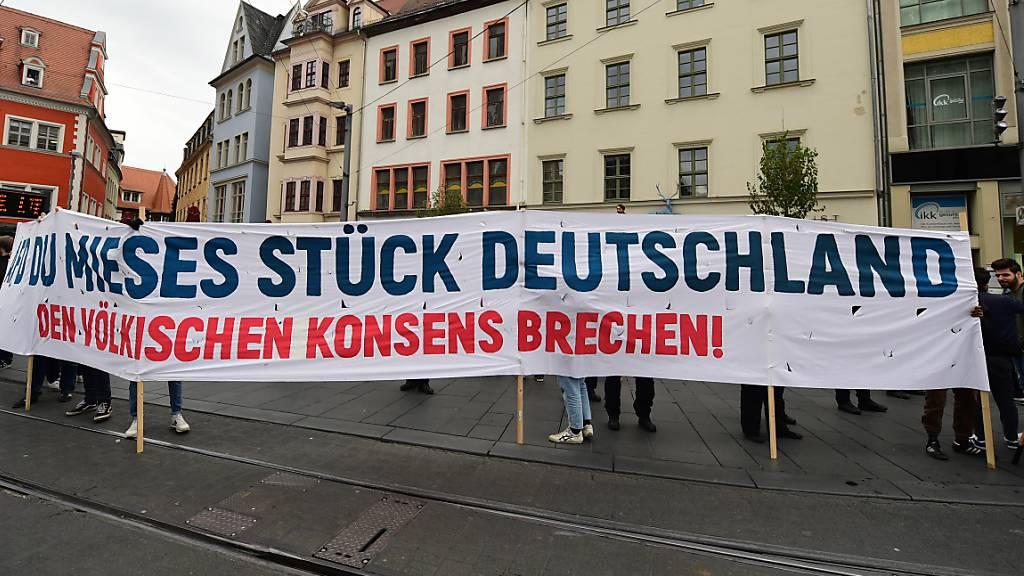 Lichteraktion in Halle: Hunderte solidarisieren sich vor Synagoge