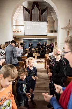 Der Organist am Keyboard, der Kirchenpflegepräsident am Bass, der Pfarrer singt: «11vor11»-Gottesdienst in der reformierten Kirche Frick. Roland Schmid