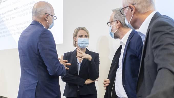 Die Zürcher Gesundheitsdirektorin Natalie Rickli mit Spitaldirektoren.