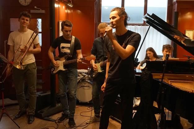 """Die siebenköpfige """"Jazz-Fun-Workshopf""""-Band der Kanti Wettingen."""