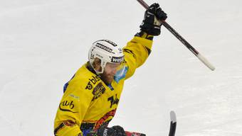 Der Berner Timo Helbling (oben) ist ab dem ersten Playoff-Finalspiel gegen Lugano spielberechtigt
