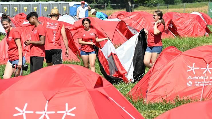 Bis Dienstagabend soll die Helferequipe die 1000 roten Zelte auf dem Campingplatz beim Kanal abgebrochen haben.