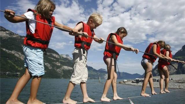 Mindestens drei Aufsichtspersonen sollen eine Klasse von 24 Schülern auf einem Ausflug begleiten. Foto: Urs Flüeler - Keystone