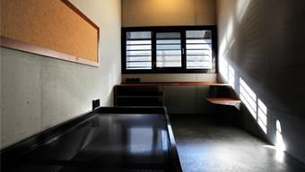 Blick in eine Zelle im Zentralgefängnis Lenzburg, wo der mutmassliche Vierfachmörder von Rupperswil derzeit in Untersuchungshaft sitzt. (Symbolbild)