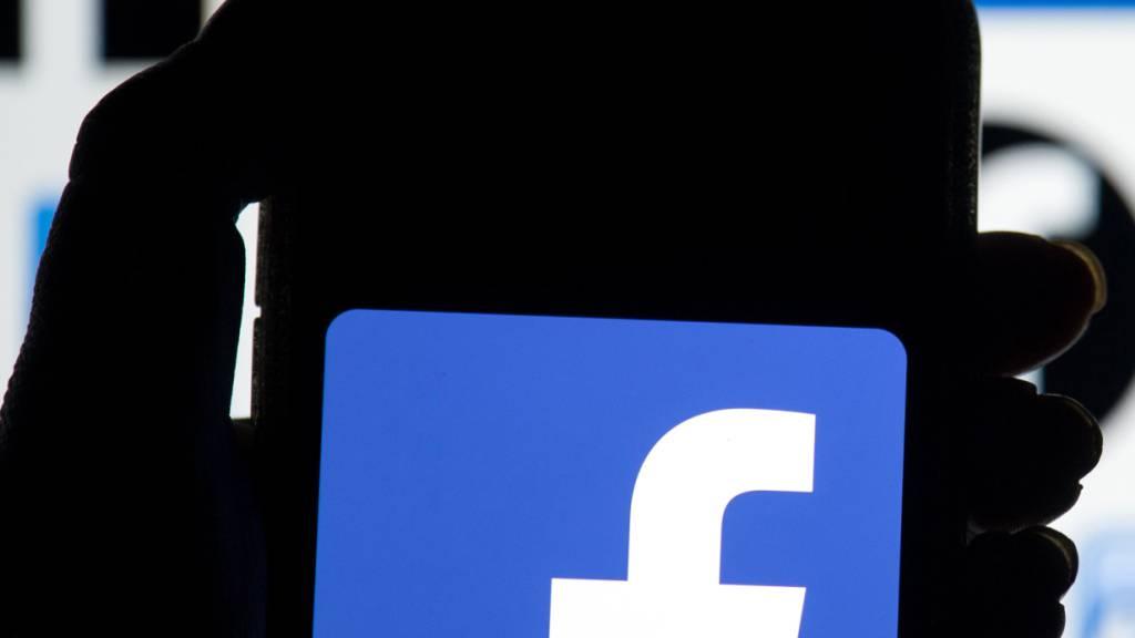 ARCHIV - Das Facebook-Logo ist auf dem Display eines Mobiltelefons zu sehen. Als Reaktion auf ein geplantes neues Mediengesetz blockiert Facebook das Teilen von Nachrichteninhalten auf seiner Plattform in Australien. Foto: Dominic Lipinski/PA Wire/dpa