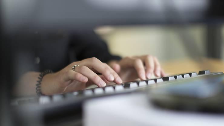 Der Mitarbeiter der JobFit GmbH in Buchs war häufig krank und fehlte im Büro.