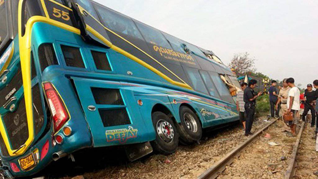 Der Reisebus war an einem Bahnübergang im Distrikt Nakhon Chaisi westlich von Bangkok mit einem Zug zusammengestossen.