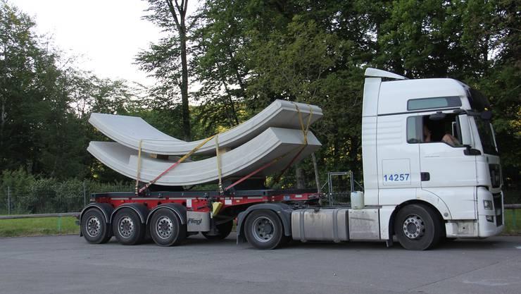 Ein weissrussischer Chauffeur brachte mit diesem Lastwagen schwere Betonelemente aus Deutschland zur Tunnelbaustelle und verbrachte das Wochenende danach auf diesem Rastplatz am Bözberg zwischen Effingen und Gallenkirch. Cm/Archiv