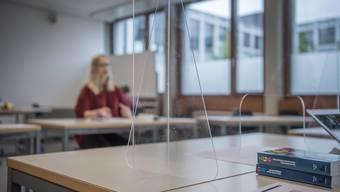 Die Baselbieter Gymischüler müssen künftig im Unterricht eine Maske tragen – trotz Plexiglasscheiben. (Symbolbild)