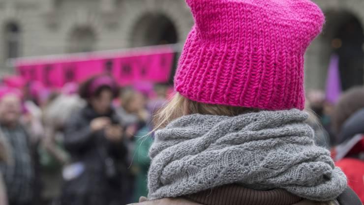 Alter Kampf, neue Dynamik: Am Frauentag 2017 demonstrierten in Bern hunderte von Frauen mit pinken Protest-Mützen, den sogenannten Pussy Hats, gegen die Lohnungleichheit zwischen Mann und Frau. (Archiv)