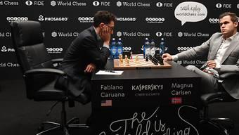 Fabiano Caruana (links) verpasste im achten WM-Match gegen Titelverteidiger Magnus Carlsen (rechts) den ersten Sieg