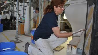 Restauratorin Irene Kamm bemalt die Holz-Altäre in der Kaister Kirche so, dass sie aussehen wie Marmor.